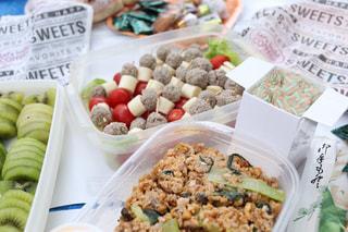 皿の上に異なる種類の食べ物が入った箱の写真・画像素材[3055005]