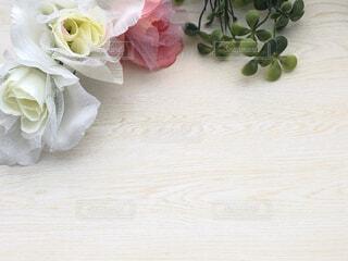 テーブルに置いたバラの花の写真・画像素材[4612335]