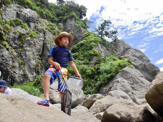 岩の上に座っている男の写真・画像素材[707883]