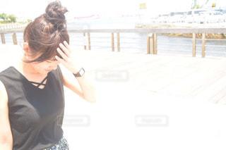 一眼レフ ニコン D5500 DXフォーマット 海辺 散歩 夏 お団子ヘアの写真・画像素材[648052]