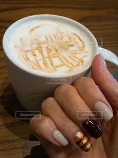コーヒーのカップを持っている手の写真・画像素材[901661]