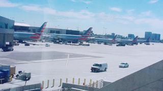 空港で滑走路に大きい飛行機の写真・画像素材[1004096]