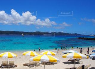 黄色  バカンス  青空  青い海  ビーチ  夏  日差し  ヨット  キレイの写真・画像素材[600877]