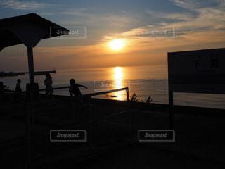 ビーチに沈む夕日 - No.957999