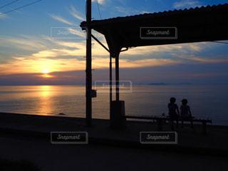 海,空,夕日,駅,後ろ姿,夕焼け,夕暮れ,子供,シルエット,駅舎,下灘駅,下灘