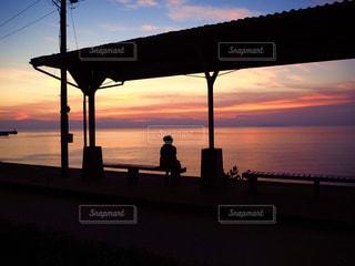 海,夕日,駅,後ろ姿,夕焼け,夕暮れ,シルエット,駅舎,下灘駅,下灘