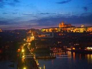 プラハ城とカレル橋のライトアップの写真・画像素材[2659150]