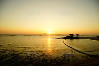 水の体に沈む夕日の写真・画像素材[1215158]