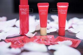 テーブルの上の赤いプラスチック カップの写真・画像素材[775619]
