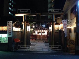 夜の店の前の写真・画像素材[1667012]