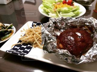 近くのテーブルの上に食べ物のプレートの写真・画像素材[788315]