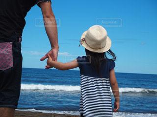 浜辺の親子の写真・画像素材[2273017]