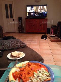 ディナー,リビング,ニュージーランド,NZ,ホームステイ,家族と映画見ながらバターチキン