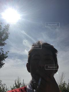 曇り空の前に立っている男 - No.740881