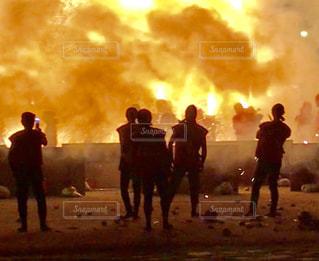 手筒花火を上げる男性達の写真・画像素材[2513651]