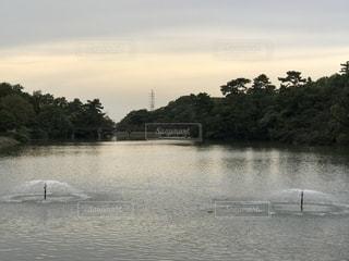 川と噴水の写真・画像素材[2649353]