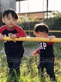 野球のバットを振る少年の写真・画像素材[2697940]