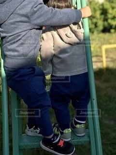 草の中に立っている小さな男の子の写真・画像素材[2708642]