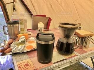 雨のキャンプ場で朝食の写真・画像素材[2734253]