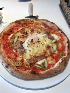 真っ白なテーブルの上のピザの写真・画像素材[2738041]