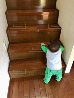 階段の下で叔父を待つの写真・画像素材[2738677]