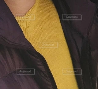 黄色いニットを着た女性の写真・画像素材[2776320]