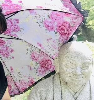 ピンクの傘を持つ人の写真・画像素材[2793593]