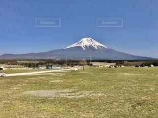 山を背景にした畑の写真・画像素材[2794090]