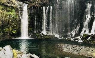 水の上の大きな滝の写真・画像素材[2794109]