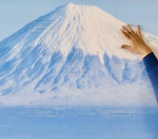 山の前に立っている人の写真・画像素材[2797796]