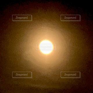 夕日の前の明るい光の写真・画像素材[2800857]