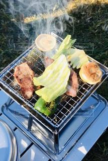 グリルの上の食べ物のトレイの写真・画像素材[2815172]