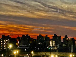 夕暮れ時の都市の眺めの写真・画像素材[2826778]