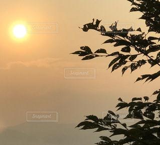 1人,自然,空,清水寺,屋外,京都,太陽,夕暮れ,山,景色,光,樹木,夕陽,和風,ひとり旅,草木,眺める,京都の街並み