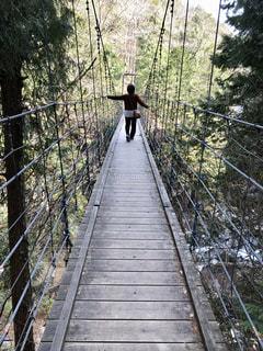 橋の上に立っている人の写真・画像素材[2871290]
