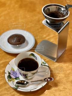 食べ物の皿とコーヒー1杯の写真・画像素材[2893530]