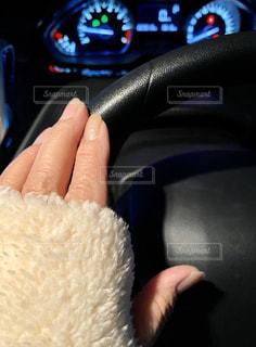 白い車を持っている手の写真・画像素材[2994971]