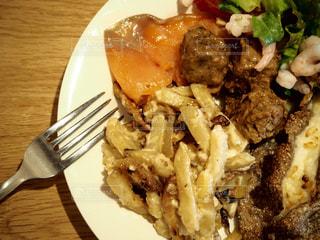 フォークで食べ物の皿の写真・画像素材[1047683]