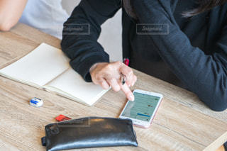 スマホ 勉強の写真・画像素材[1322917]