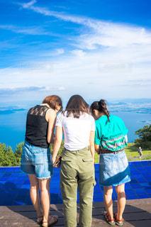 びわ湖テラスに立つ人の写真・画像素材[1410797]