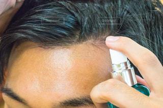 頭皮にスプレーの写真・画像素材[1521349]