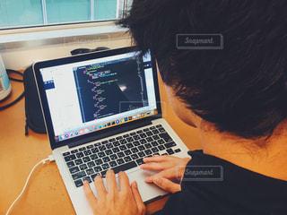 パソコンでプログラミングしてる男性の写真・画像素材[1525425]