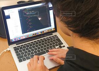 ラップトップ コンピューターを使用している人の写真・画像素材[1525441]