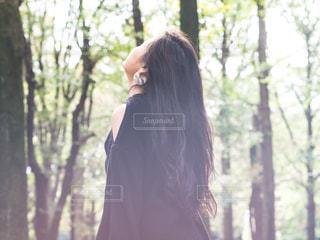 森に立っている女性の写真・画像素材[1591228]