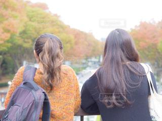 公園にいる二人の女性の写真・画像素材[1591679]