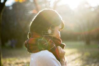 屋外,マフラー,チェック,帽子,女の子,落ち葉,人物,逆光,人,ピアス,袖,代々木公園,明るい,赤色,デート,待ち合わせ,柄,萌え,萌え袖