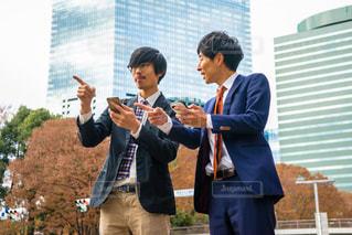 携帯で行き先を探す2人の写真・画像素材[1666582]