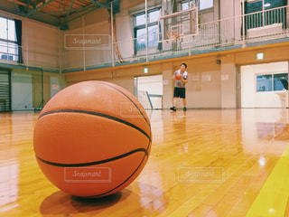 体育館でバスケットの練習をする人の写真・画像素材[2210257]