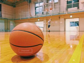 体育館でシュート練習をするバスケットボールの写真・画像素材[2210263]