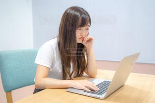 パソコンの前で考える女性の写真・画像素材[2397244]